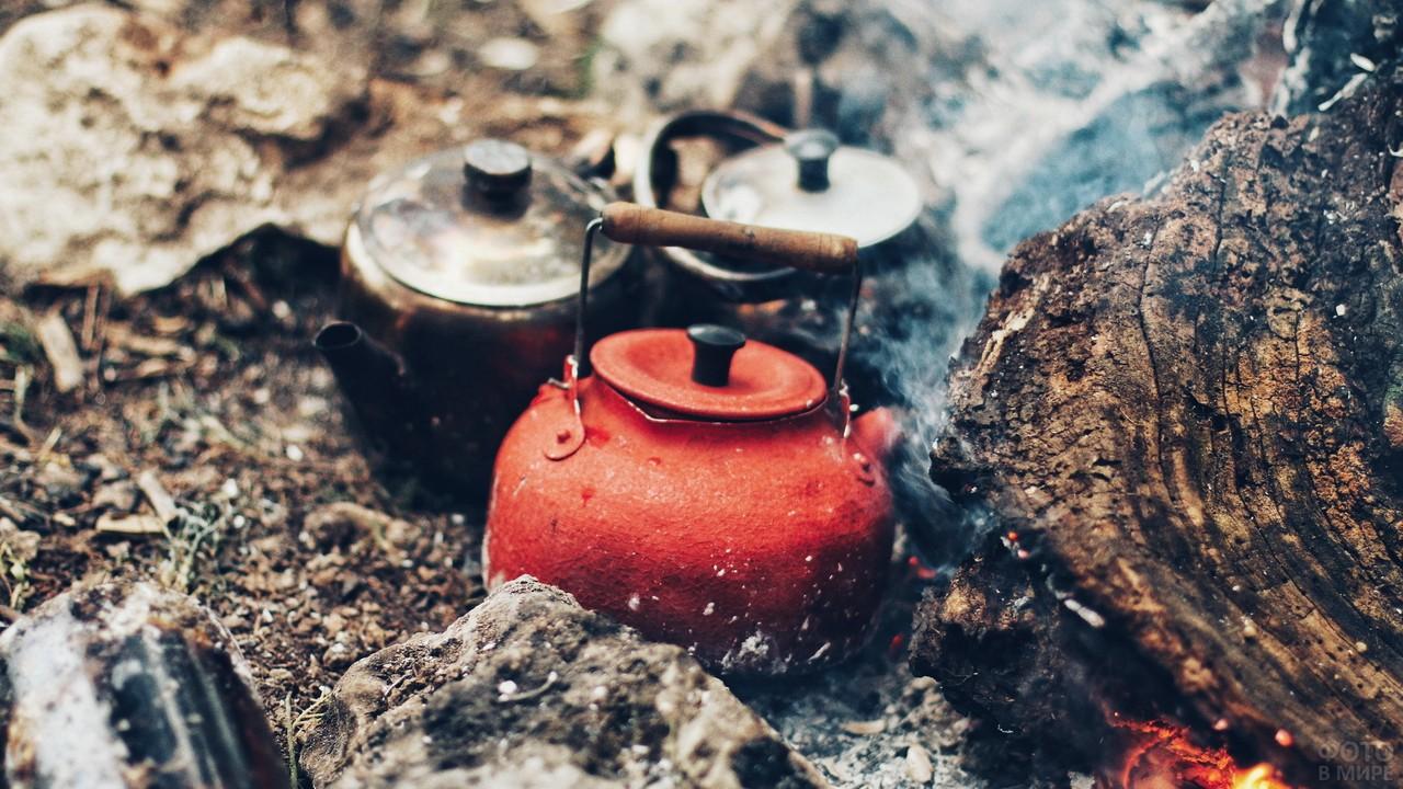 Чайники греются на костровых углях