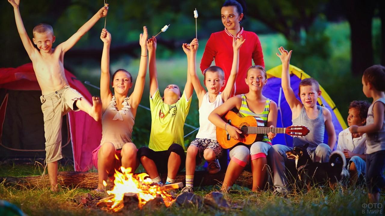 Дети в летнем лагере возле вечернего костра