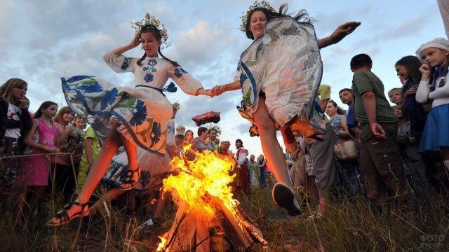 Девушки прыгают через костёр