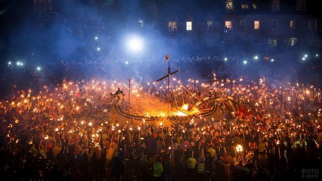 Фестиваль огня up Helly AA с кострами и множеством факелов