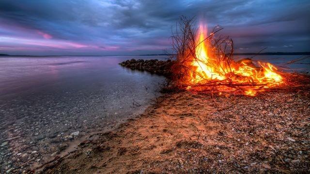Яркий костёр на берегу