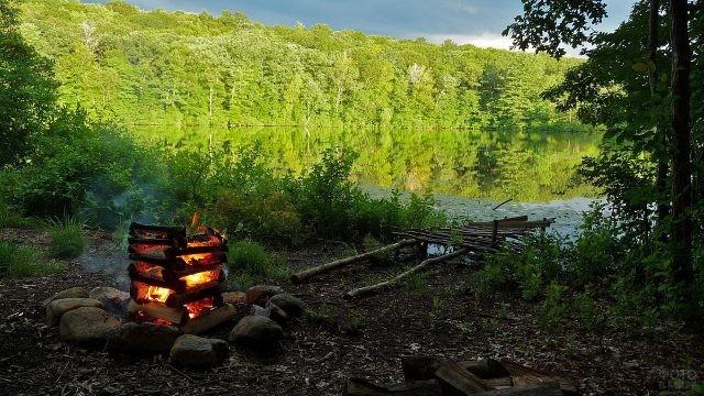 Костёр-колодец на берегу озера
