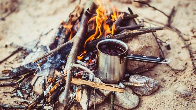 Приготовление кофе на костре в стальной кружке