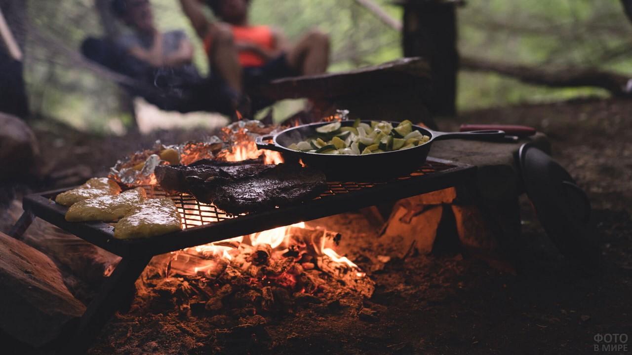 Приготовление овощей и мяса на огне в походе