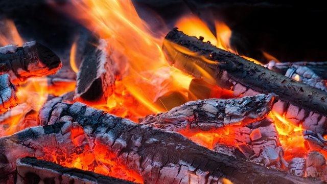 Жаркое пламя углей костра
