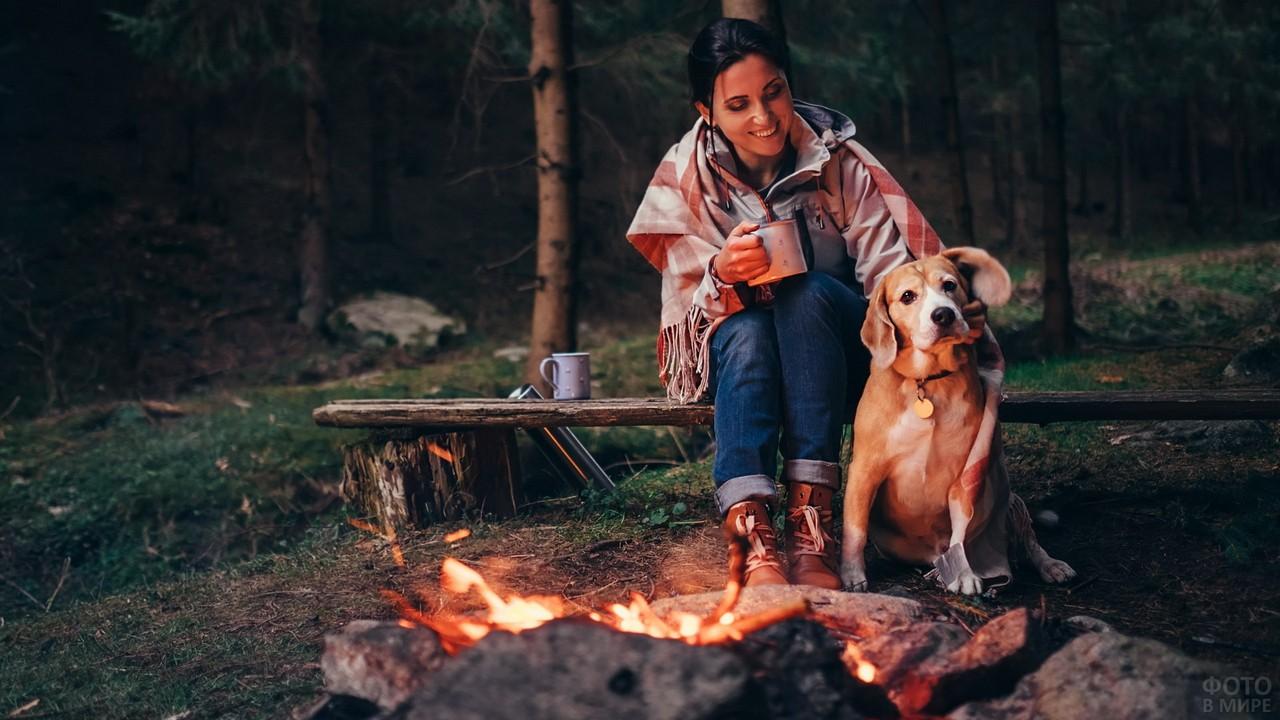 Женщина с собакой у костра