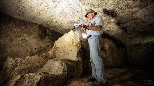 Археолог в одной из подземных камер пирамиды Хеопса