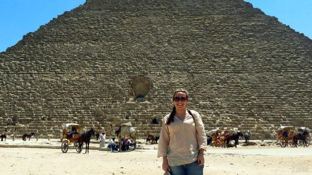 Довольная туристка у пирамиды Хеопса
