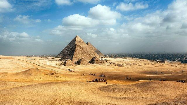 Египетские пирамиды на панораме пустыни Гизы