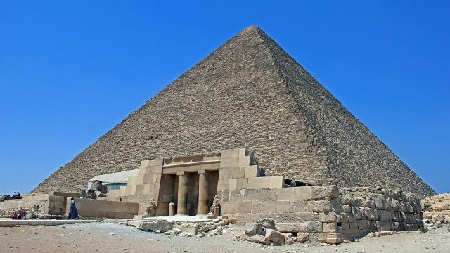 Колонны и статуи у входа в пирамиду Хеопса