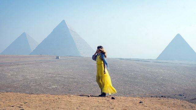 Модница на фоне египетских пирамид в Гизе