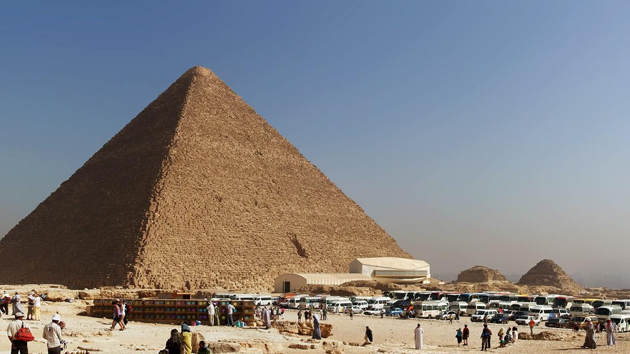 Парковка и рынок сувениров у подножья пирамиды Хеопса