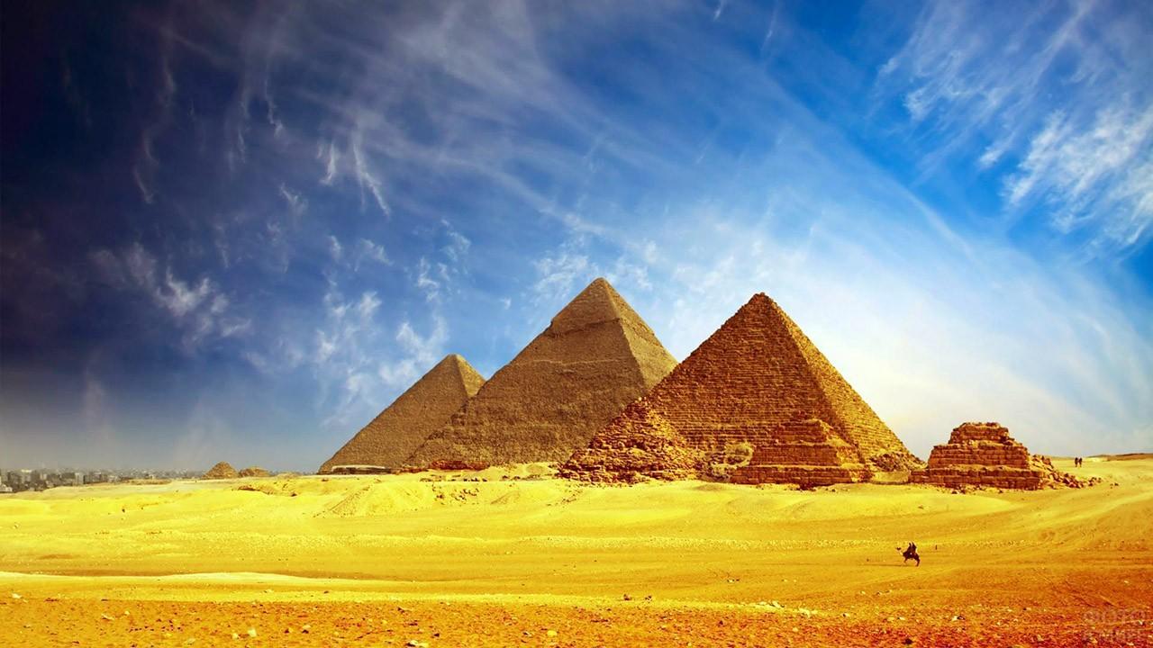 Пирамида Хеопса среди других в пустыне Гизы