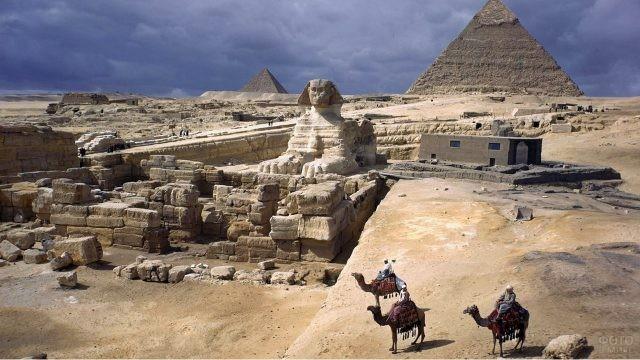 Потрясающий вид на Великую пирамиду в Гизе и Сфинкса