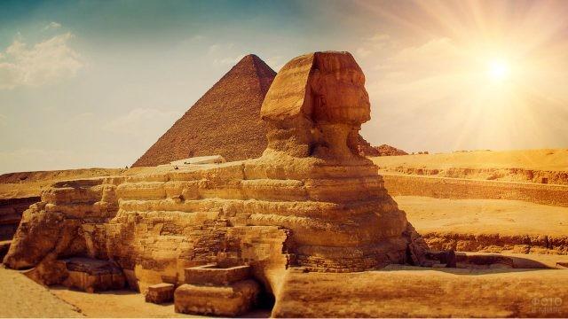 Сфинкс на фоне пирамиды Хеопса