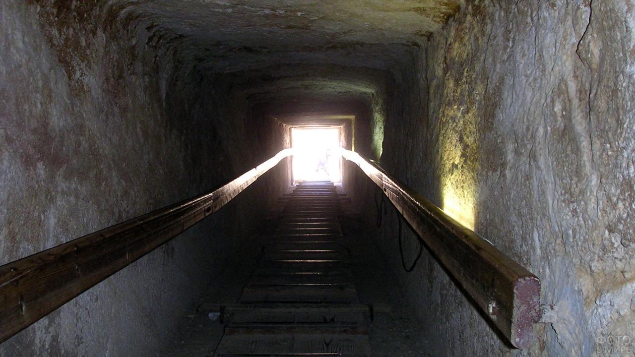 Спуск к погребальной камере внутри пирамиды Хеопса