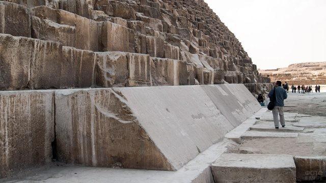 Турист у подножья пирамиды Хеопса