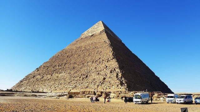 Туристические автобусы у пирамиды Хеопса