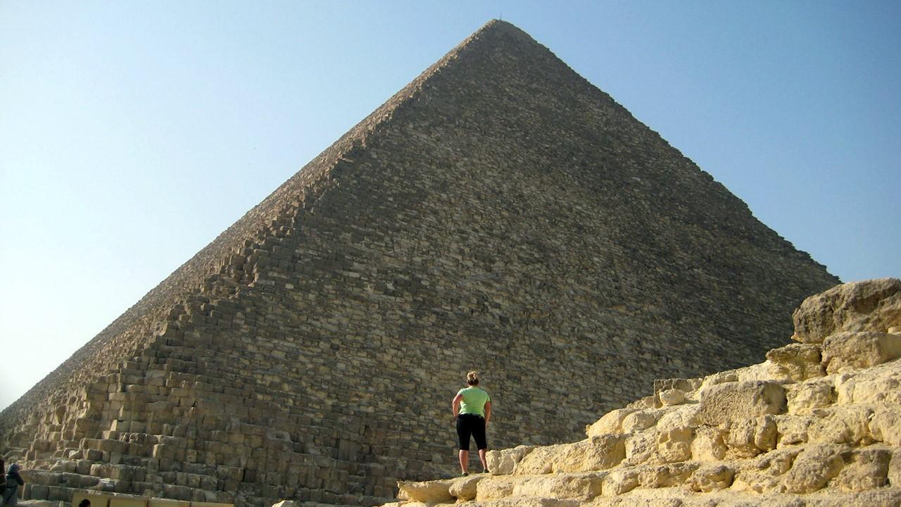 Туристка на фоне пирамиды Хеопса