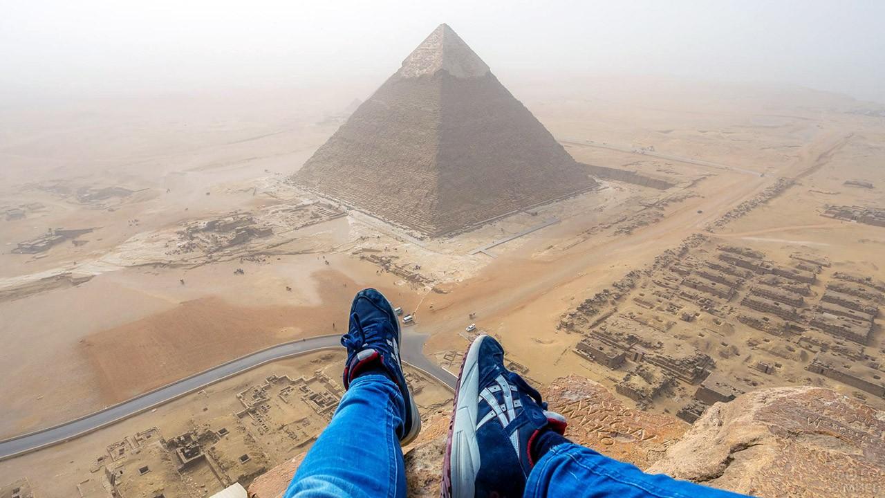 Вид на некрополь Гизы с вершины пирамиды Хеопса
