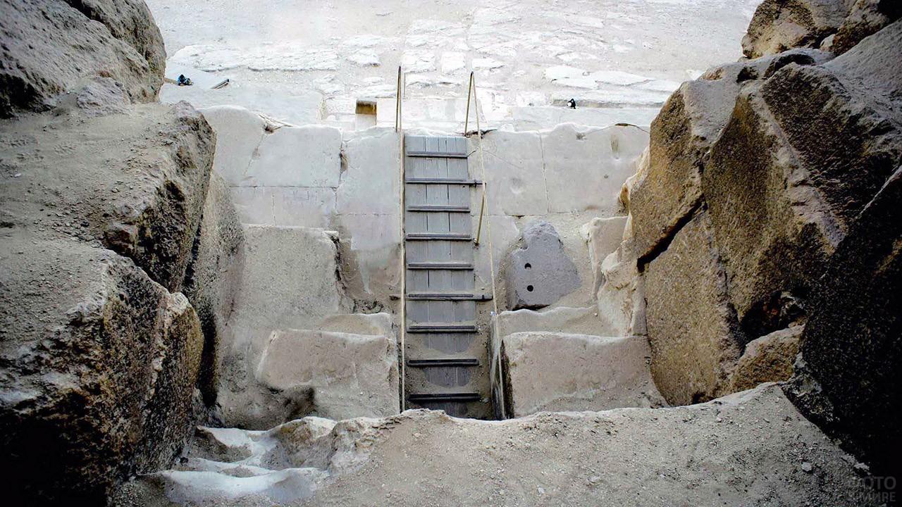 Вид сверху на истинный вход в пирамиду Хеопса