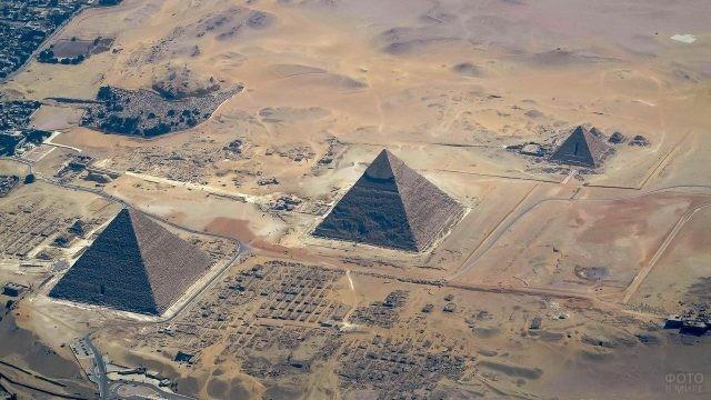 Вид сверху на пирамиды Египта