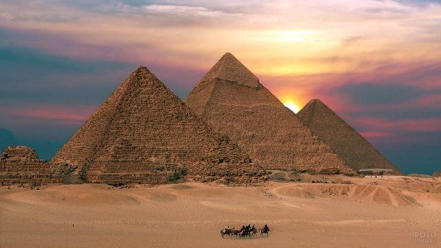 Закат на египетскими пирамидами в Гизе