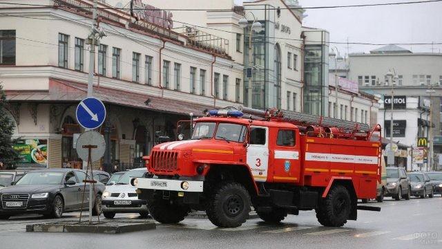 Пожарная машина АЦ мчится по улицам Екатеринбурга