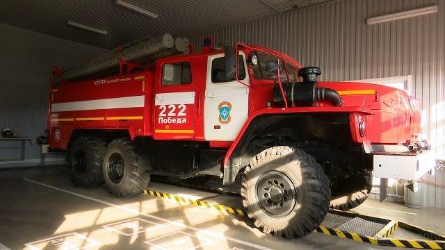 Пожарная машина в гараже