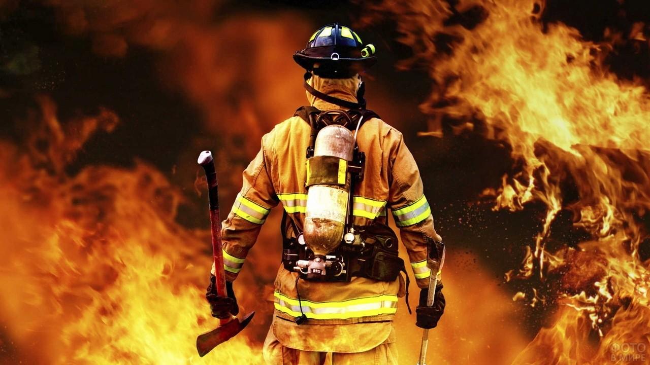 Пожарный входит в огонь