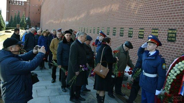 Делегация Роскомоса в День космонавтики у Кремлёвского мемориала