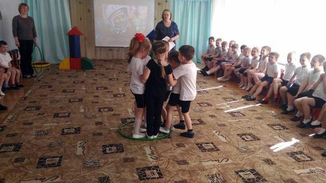 Дети участвуют в конкурсе на утреннике в детском саду к Дню космонавтики