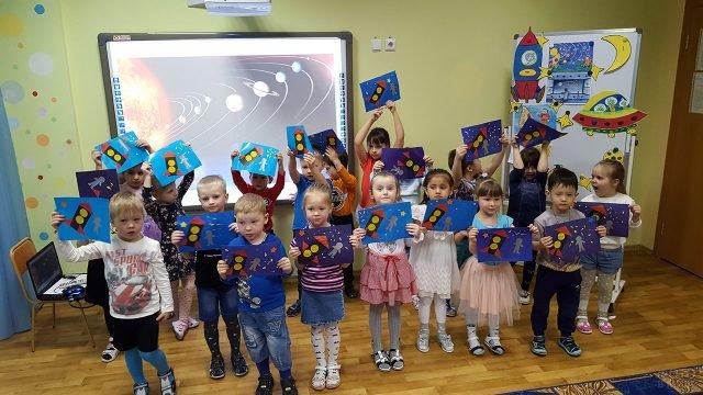 Детсадовцы с самодельными открытками-аппликациями к 12 апреля
