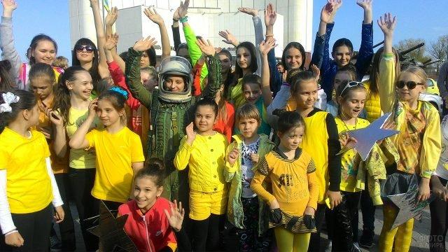 Детский танцевальный коллектив на Дне космонавтики в Белгороде