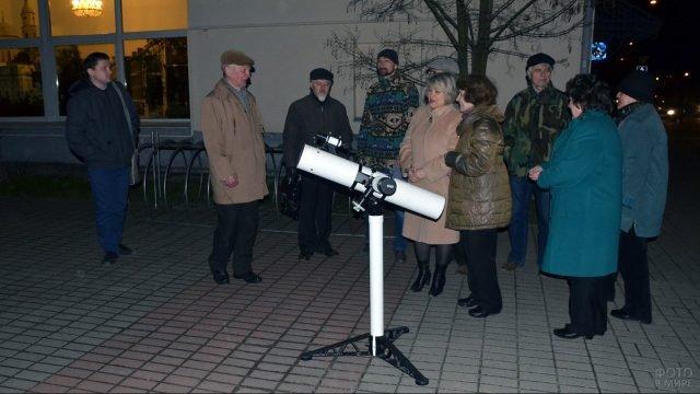 Гости праздника в честь дня Космонавтики в Калуге вокруг телескопа