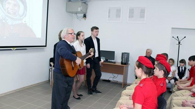 Исполнение под гитару на концерте в честь Дня авиации и космонавтики в подмосковной школе