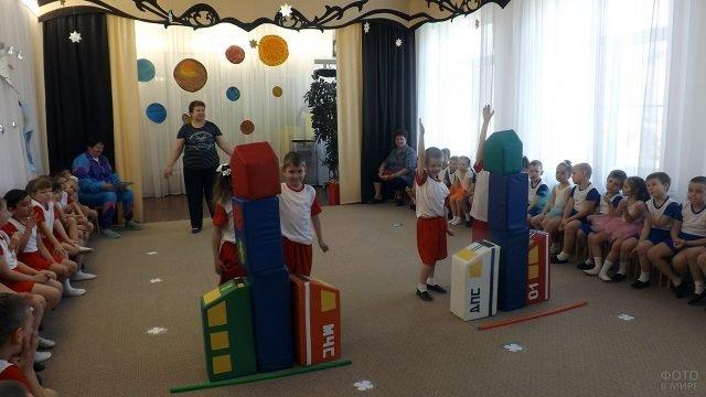 Команды детсадовцев построили на скорость ракеты на утреннике в День космонавтики