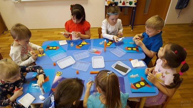 Малыши в детском саду клеят открытки-аппликации к Дню космонавтики