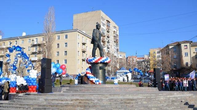 Наряженный к праздничному концерту памятник Гагарину в Саратове 12 апреля