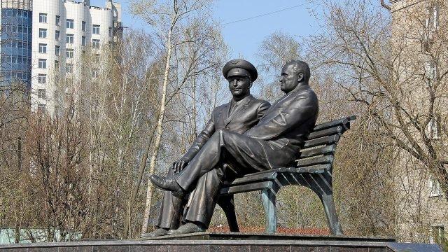 Памятник Королёву и Гагарину в подмосковном Королёве