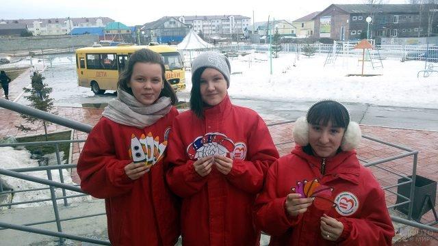 Школьницы-волонтёры с самодельными открытками в День космонавтики