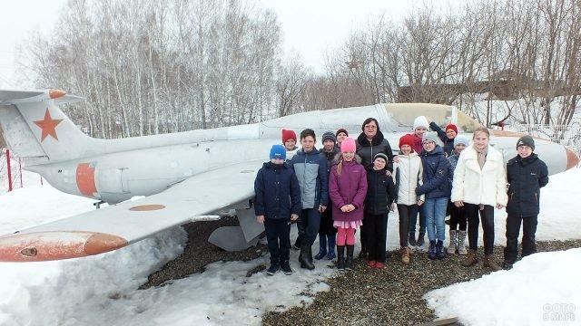 Школьники на День космонавтики в мемориальном музее имени Титова в Алтайском крае