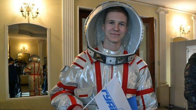Студент в костюме космонавта на праздновании 12 апреля в стенах ВУЗа