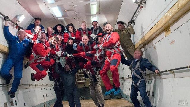 Туристы встречают День космонавтики в невесомости на тренировочной базе в Звёздном городке