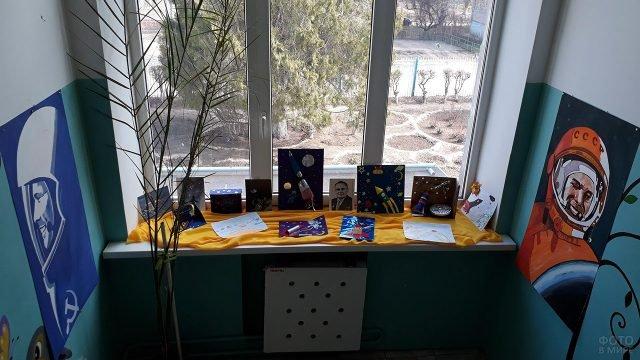 Выставка самодельных объёмных открыток к Дню космонавтики на подоконнике в детском саду