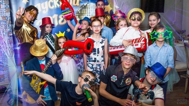 Дети в карнавальных нарядах на первоапрельской вечеринке