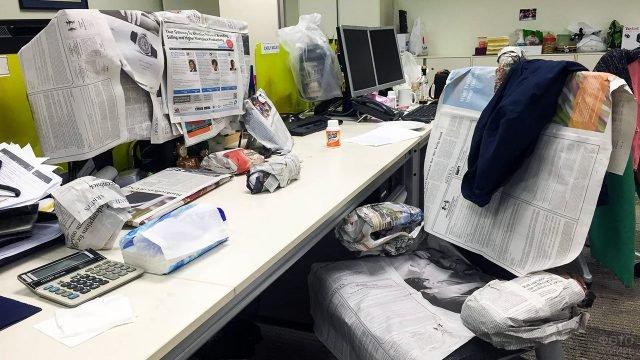Офисный розыгрыш на 1 апреля с обёртыванием рабочего места в газеты