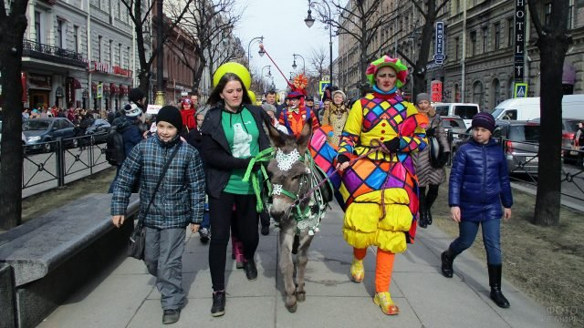 Ослик во главе парада клоунов на 1 апреля в Петербурге