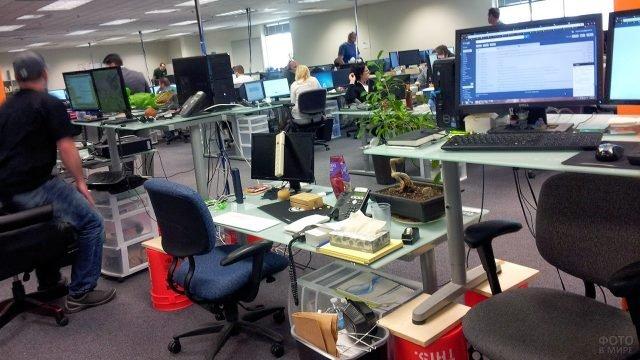 Первоапрельская шутка со столами коллег в офисе на 1 апреля