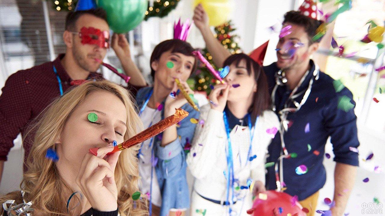 Ряженые на первоапрельской вечеринке
